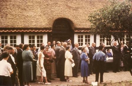 Mange gæster var mødt op ved indvielsen af Povl Fredholms museum den 4. juli 1958.