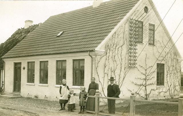 Bjerreby Central, omtalt under 1905-1906. Urmageren havde 10 børn. På dette foto fra ca. 1911 ses de 3 yngste af pigerne (Helga, Ida og Karen) sammen med forældrene.