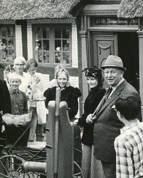 Povl Fredholm var en god fortæller. Han sørgede også for at gæsterne på hans museum fik en sjov oplevelse. De fik bl.a. lov til at klæde sig ud i museets gamle dragter. Foto er fra omkring 1960.