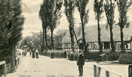 Strandgade 31, Troense. Postmester Carstens står i forgrunden.