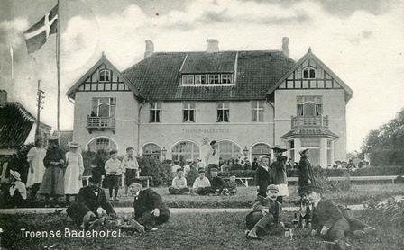 I 1905 åbnede det nybyggede Troense Badehotel. Postkortet er fra samme år.