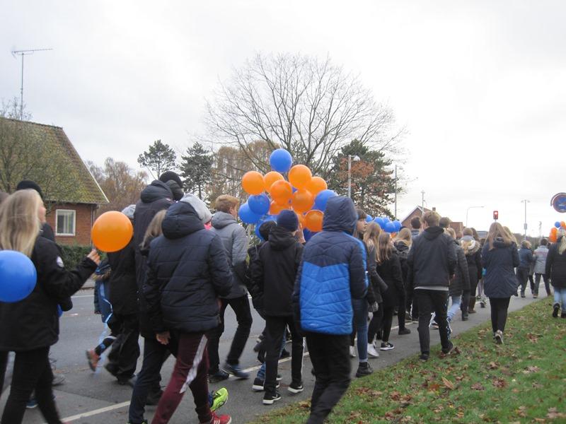 Elever fra Tåsingeskolen på vej til ballonopsendelse fra Svendborgsundbroen.
